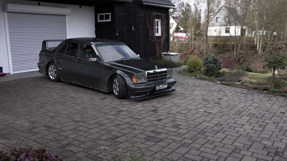 Mercedes-Benz 190 vor Garage